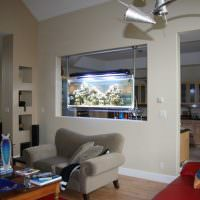 подвесной аквариум в проеме стены