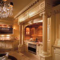 Античные колонны в интерьере кухни