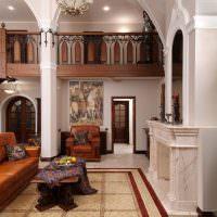 Камин с мраморной облицовкой в большой гостиной