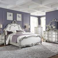 Серый ковер с длинным ворсом на полу спальни