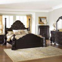 Темно-коричневая кровать из натуральной древесины