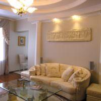 Панно с древнегреческими мотивами на стене гостиной