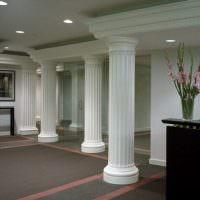 Древнегреческие колонны в интерьере холла современного дома
