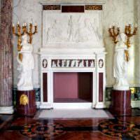 Статуи около камина в гостиной античного стиля