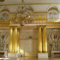Холл большого загородного дома в классическом стиле