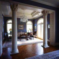 Древнегреческие колонны в интерьере частного дома