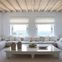 Диванная группа в гостиной с деревянным потолком