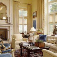 Интерьер гостиной с высокими окнами