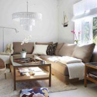 Угловой диван в гостиной сельского дома