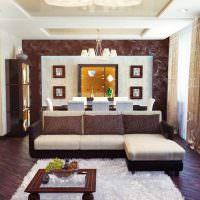 Светлые подушки на темном каркасе углового дивана