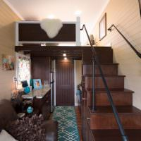 Лестница в спальню узкого летнего домика