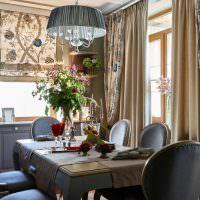 Комбинированные занавески на окнах кухни