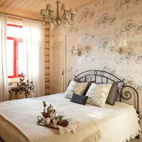 Бумажные обои с цветами на стене спальни