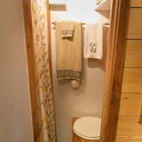 Вешалка для полотенец в санузле летнего домика