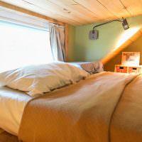 Спальня с низким потолком на чердаке дачного дома