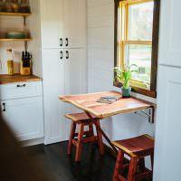 Небольшой откидной столик перед окном