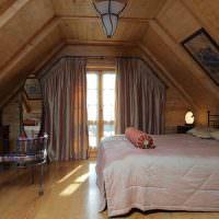 Деревянный пол в спальне мансарды