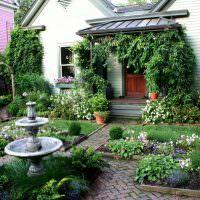 Фонтанчик в палисаднике загородного дома