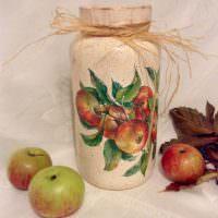 Красно-зеленые яблоки на столе и на банке