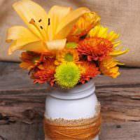 Осенний букет в импровизированной вазе-банке