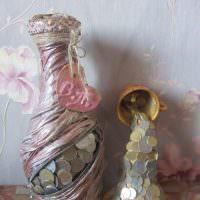Декор старой бутылки монетками