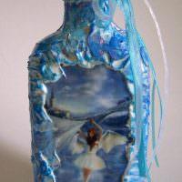 Голубой бантик на горлышке коньячной бутылки