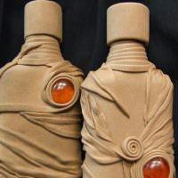 Использование ненужных колготок для украшения бутылок