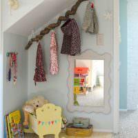 Интересная вешалка из ветки в детской комнате