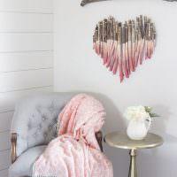 Сердечко из палочек в комнате девочки