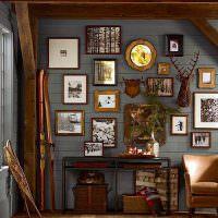 Декор картинами и фотографиями деревянной стены