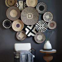 Декоративные тарелки на темно-серой стене