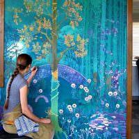 Художественная роспись стен в гостиной комнате