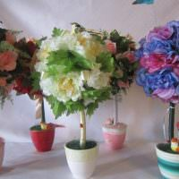Композиция из искусственных цветов на столе гостиной