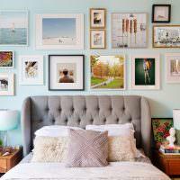 Декор стены в спальне с помощью картин и фото