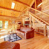 Кожаный диван в просторной гостиной деревянного дома
