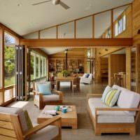 Деревянная мебель с мягкими подушками