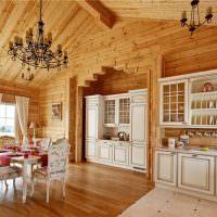 Белая мебель в кухне-столовой частного дома