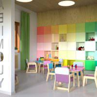 Стеллажи с разноцветными секциями в интерьере детского сада