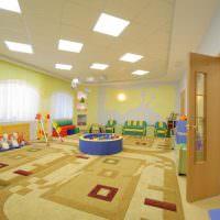Потолок детского учреждения с встроенными светильниками
