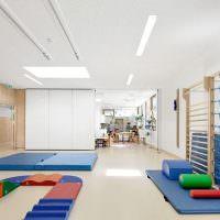 Белый потолок в спортивного зале для маленьких детей