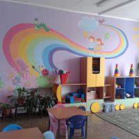 Нарисованная радуга на стене дошкольного учреждения