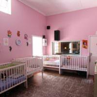 Розовые стены в комнате для маленьких детей