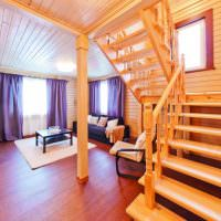 Деревянная лестница на второй этаж загородного дома