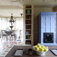Камин между встроенными стеллажами в гостиной