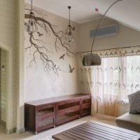 Ветки дерева, нарисованные на стене жилого дома