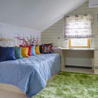 Разноцветные подушки на узкой кровати
