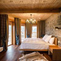 Белое белье на деревянной кровати