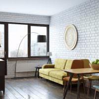 Белая кирпичная стена в дизайне гостиной