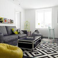 Темно-серый диван в комнате хрущевки