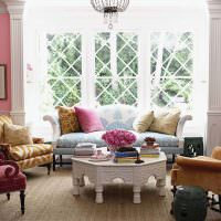 Розовые стены в гостиной комнате